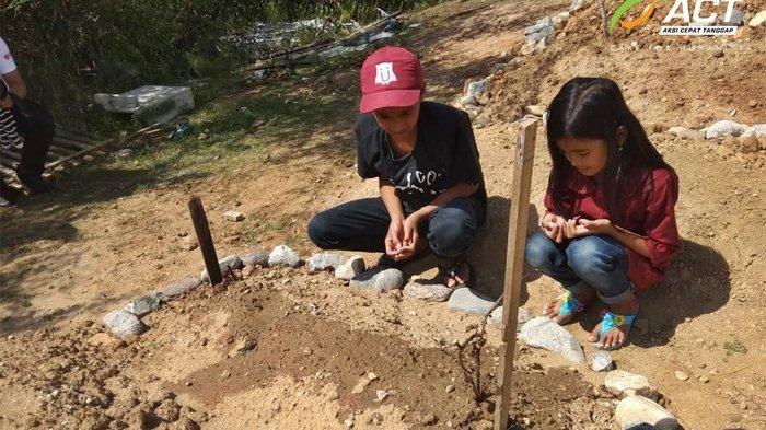 Putri dan sang kakak berziarah ke makam orang tuanya