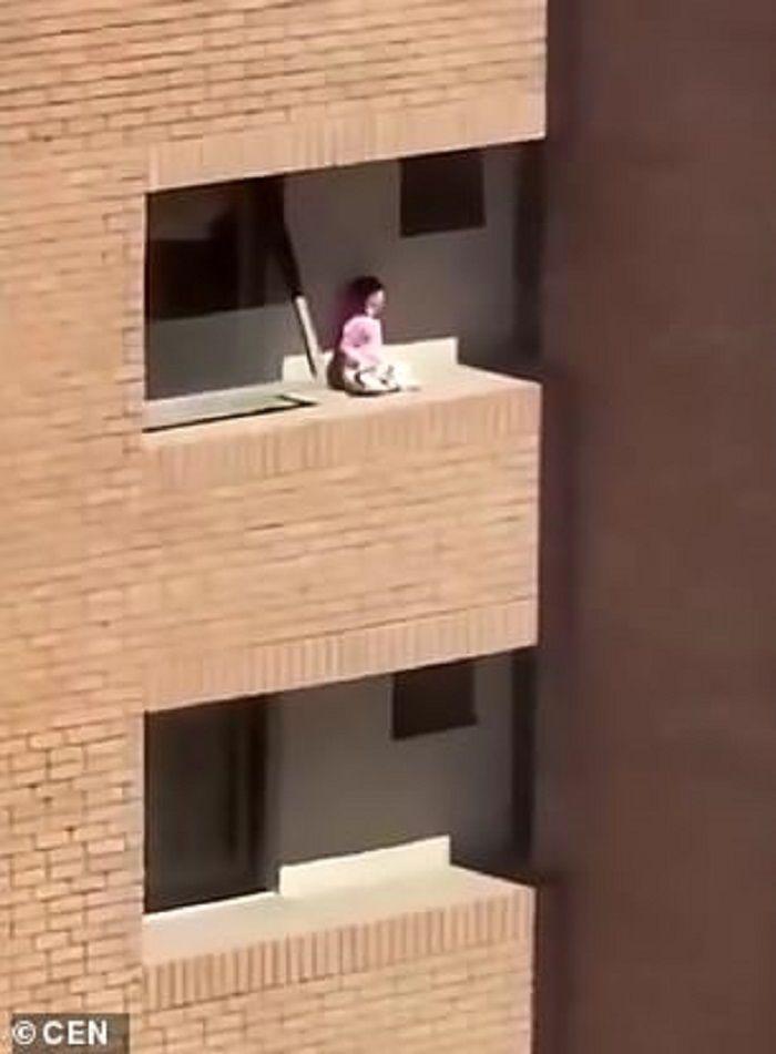 Jantung berdebar-debar lihat anak di dinding.