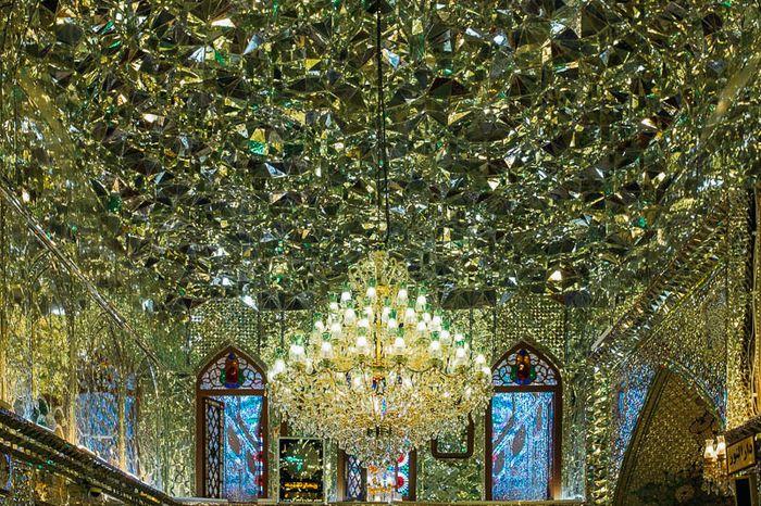 Kilauan ribuan kaca yang menghiasi langit-langit bagaikan kristal