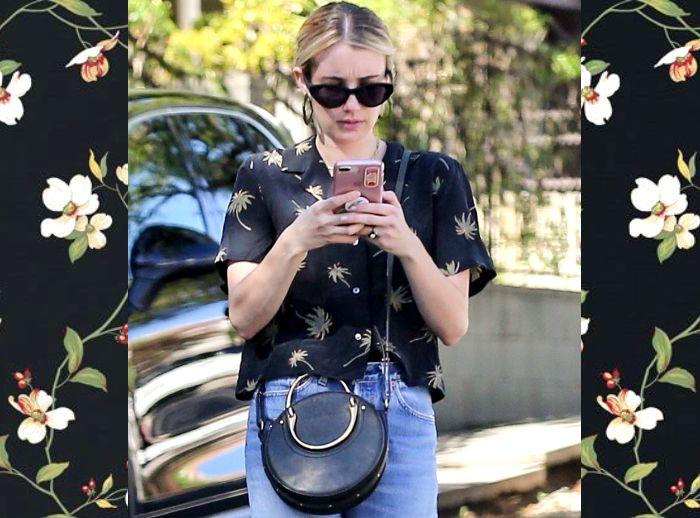 Emma Roberts terlihat tampil simpel bergaya kasual dengan sling bag bulat yang menambah kesan vintage