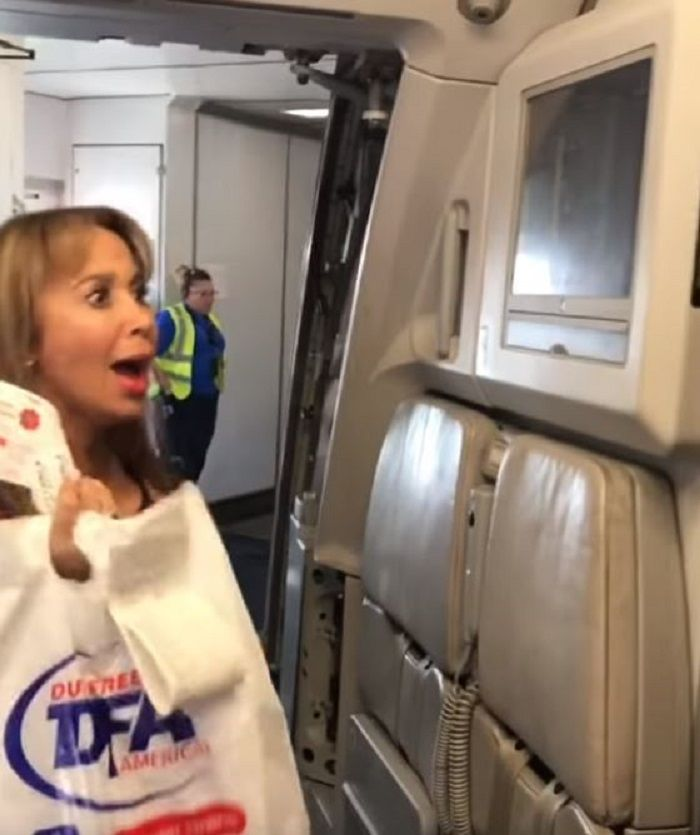 Ibunya terkejut ketika naik pesawat.