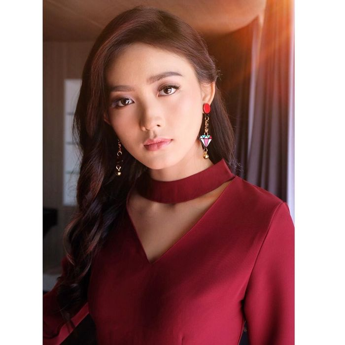 Natasha Wilona menggunakan anting model Acrylic Earrings