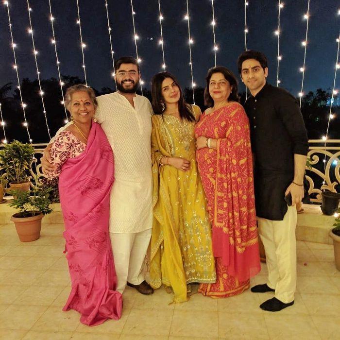 Priyanka Chopra turut merayakan Hari Diwali.
