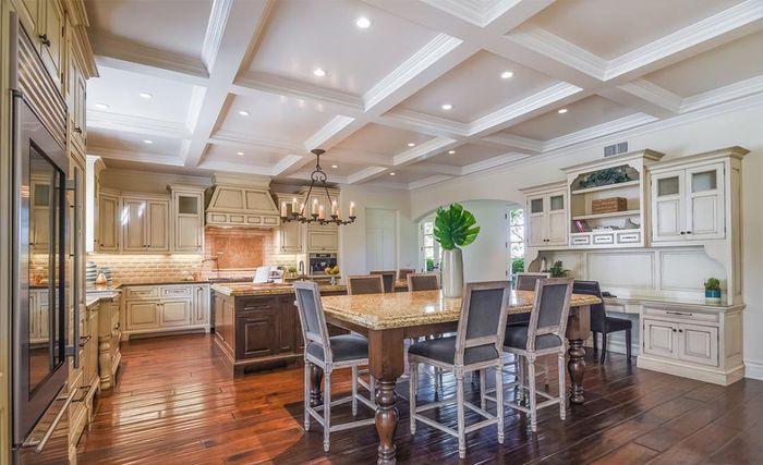 Area dapur dan ruang makan di rumah Avril Lavigne