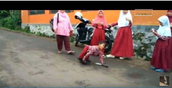 Mukhlis Abdul Holik, bocah penyandang disabilitas merangkak 3 km menuju ke sekolah.