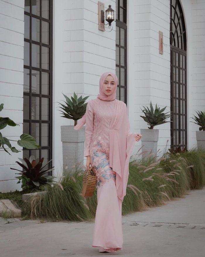 Dress untuk busana kondangan ala selebgram hijabers Aghnia Punjabi