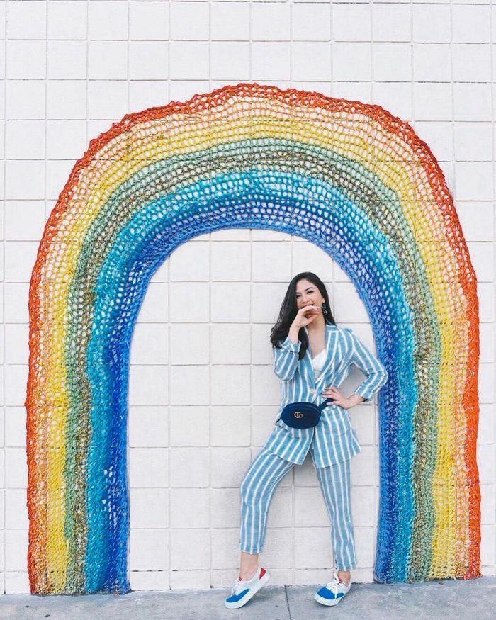 Jessica Mila tampil nengenakan waist bag dengan paduan gaya maskulin