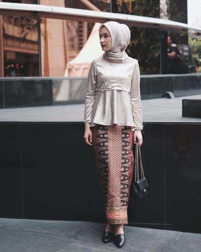 Inspirasi Kebaya Hijab Dengan Rok Batik Untuk Seragam Bridesmaid
