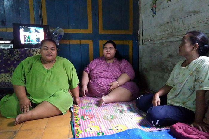 Silvia Dwi Susanti (tengah), bersama dengan sang kakak Nurul Diah Setyowati (kiri) dan ibunya Musri.