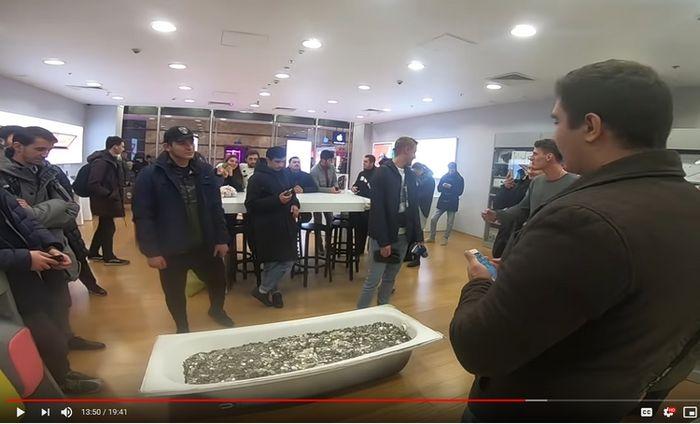 pria Rusia beli iPhone pakai koin