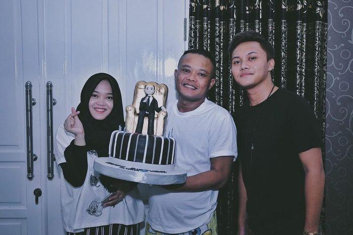 Sule berfoto bersama kedua anaknya tanpa kehadiran Lina
