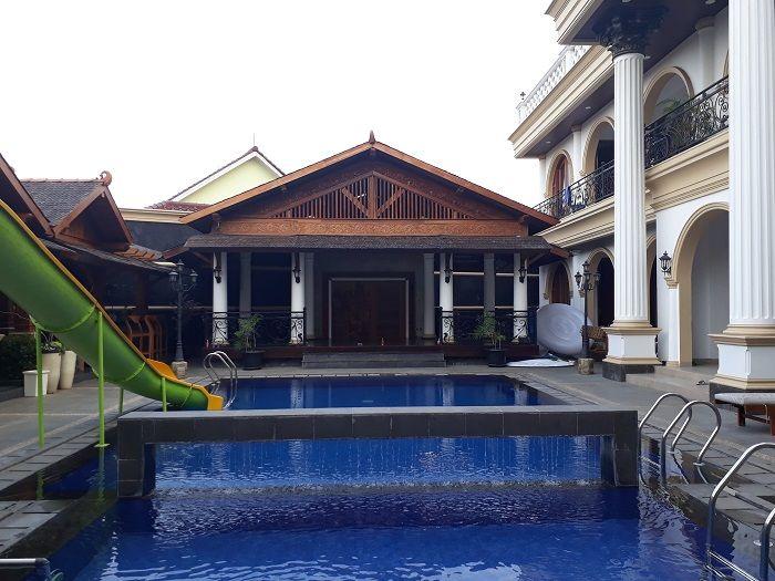 Dilengkapi sebuah koalam renang dengan air yang biru melengkapi rumah kediaman pribadi Ethis Sutisna alias Sule di Grand Wisata Bekasi.