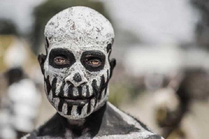 Salah satu suku dari daerah pegunungan hutan tinggi melukis diri seperti roh mayat hidup untuk menakut-nakuti suku-suku lain.