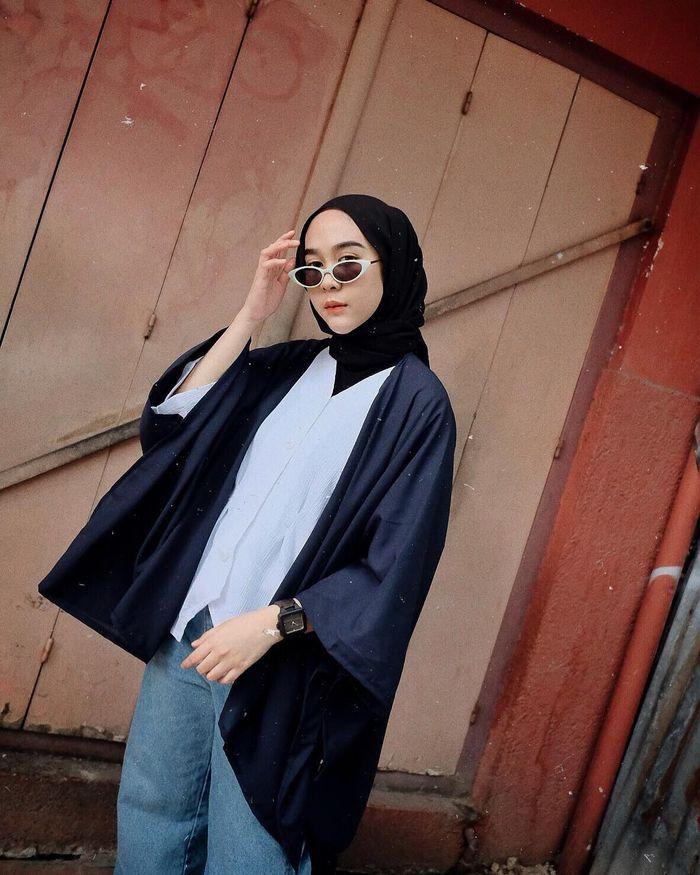 Paduan kimono outer untuk style hijab dengan celana jeans
