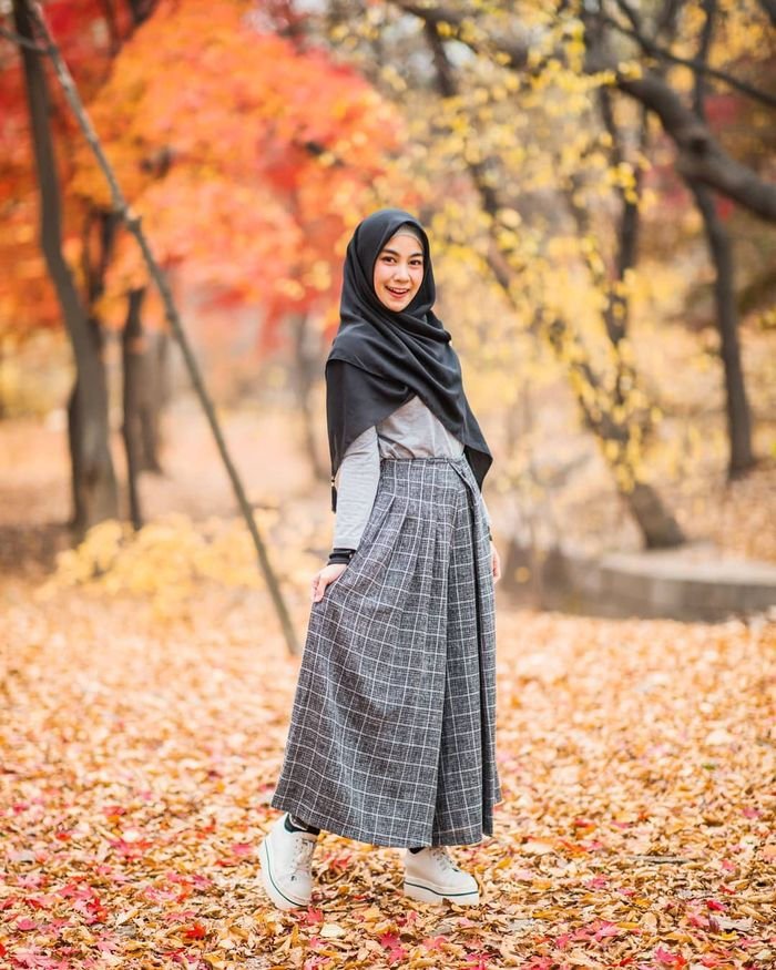 Gaya Anisa Rahma saat tampil syar'i kenakan rok celana motif plaid