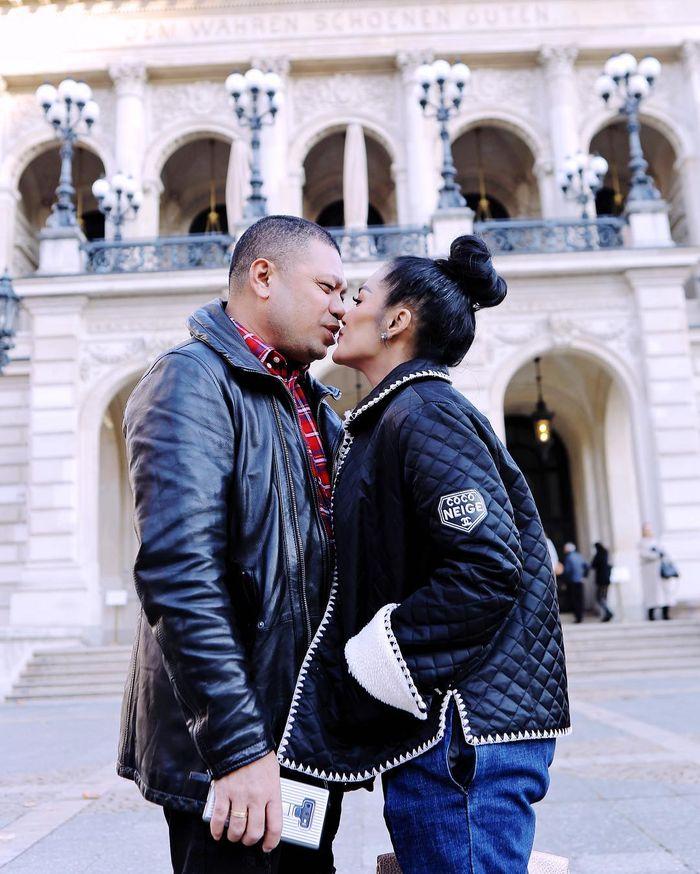 Liburan ke Eropa, Raul Lemos Beri Krisdayanti Seikat Bunga Mawar hingga Pose Ciuman di Jalan Jadi So