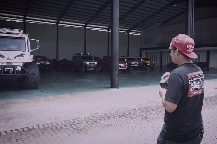 Salah satu sudut di garasi mobil koleksi Haji Sam