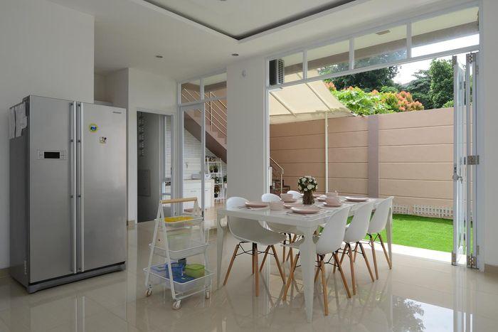 Sesuai warna kesukaan pemilik rumah, warna putih juga diaplikasikan di ruang makan. Kursinya dipilih yang berkaki ramping agar terlihat simpel.