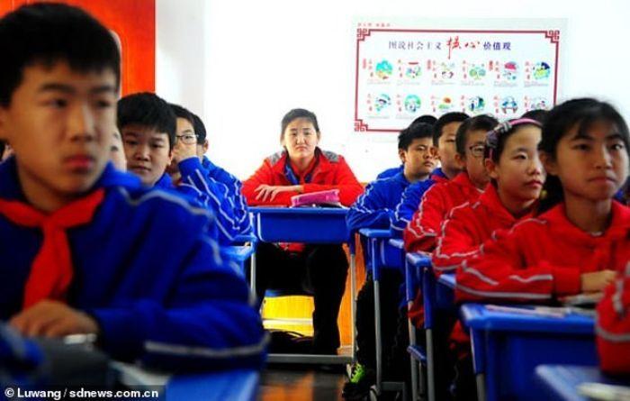 Zhang Ziyu harus duduk di bangku paling belakang saat di kelas