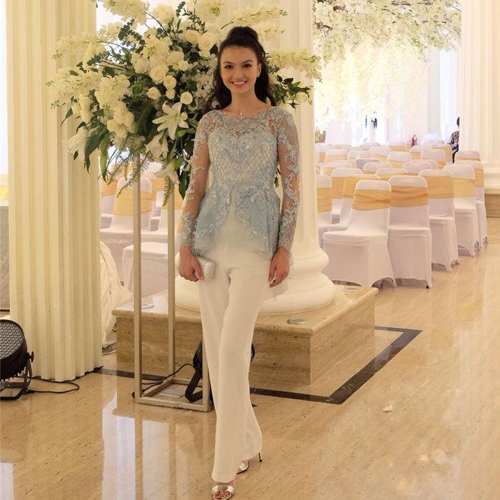 Penampilan Raline Shah saat hadir di pernikahan Baim Wong dan Paula Verhoeven.