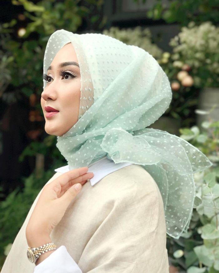 Rekomendasi jenis bahan hijab organdi untuk digunakan saat jadi bridesmaid