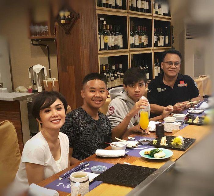 Keharmonisan mantan suami Yuni Shara, Henry Siahaan, bersama sang Penyanyi dan kedua buah hati mereka.