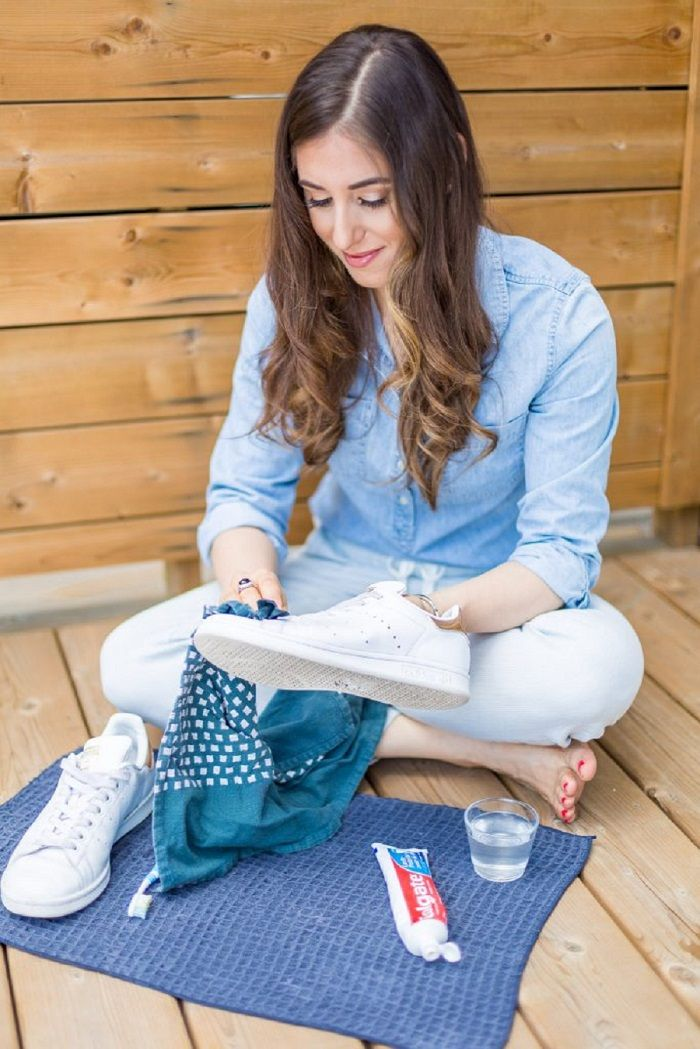 Bersihkan sneakers putih dengan lap basah