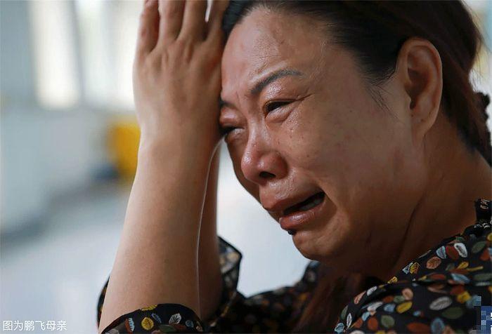 Ibu Peng Fei menangis setelah mengetahui anakny menderita 16 penyakit karena sering makan mi instan.