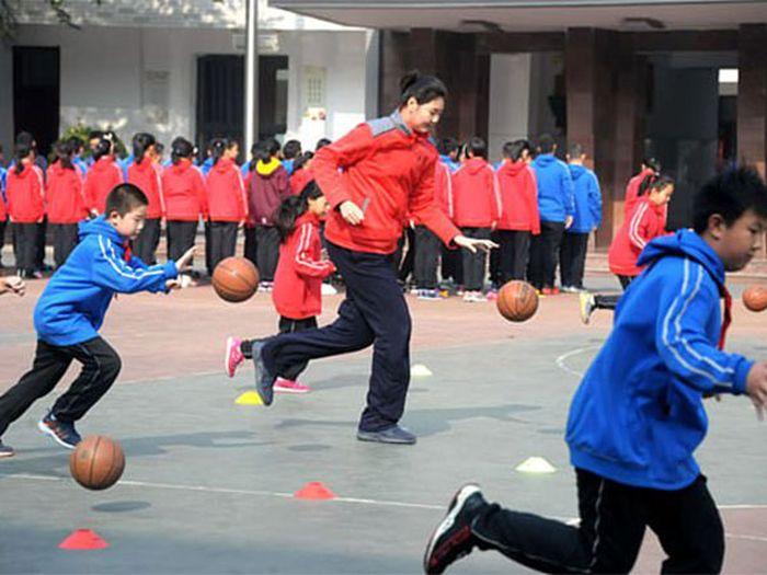Zhang Ziyu menekuni olahraga basket