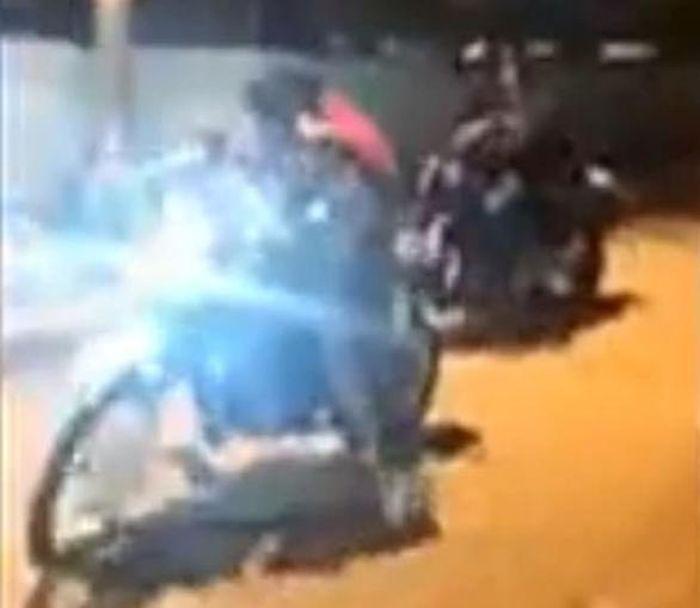 Wanita pembunuh tersebut datang bersama gengnya menggunakan motor.