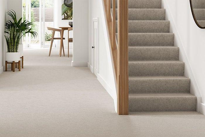 Gunakan karpet pada area tangga.