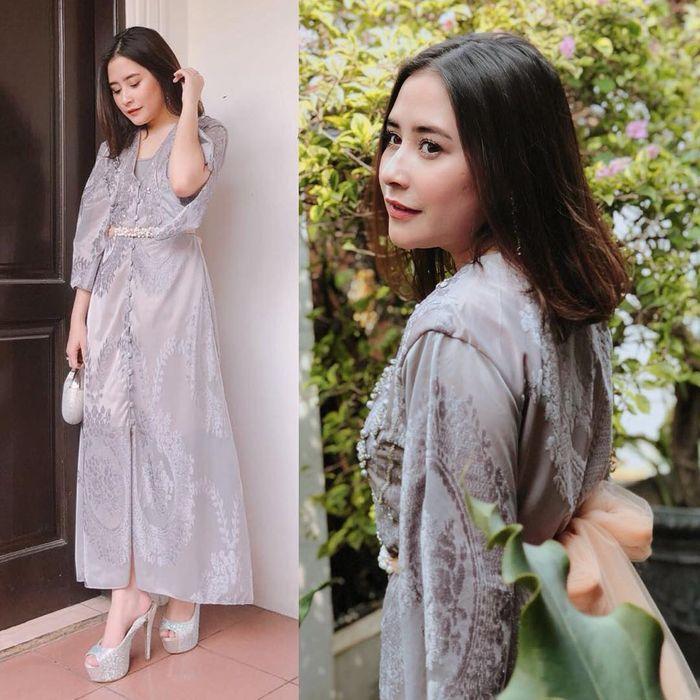 Gaya fashion Prilly Latuconsina saat ke kondangan dengan shirt dress nuansa silver