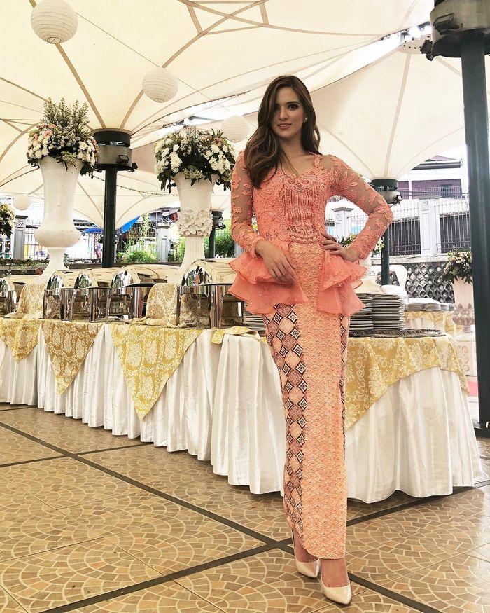 Nia Ramadhani tampak anggun dan elegan mengenakan kebaya dari bahan brokat dengan warna peach