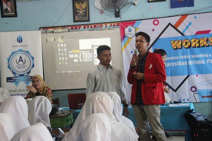 Belajar Public Speaking dan Social Media Management
