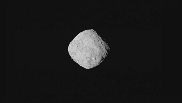 Asteroid Bennu dilihat dari dekat.