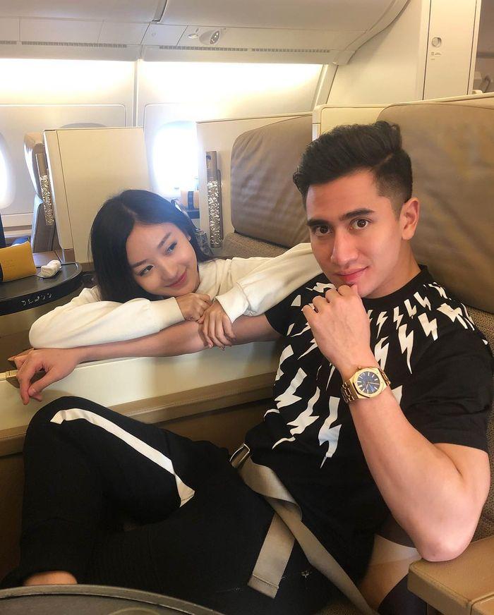 Gaya pacaran Verrell Bramasta dan Natasha Wilona di pesawat