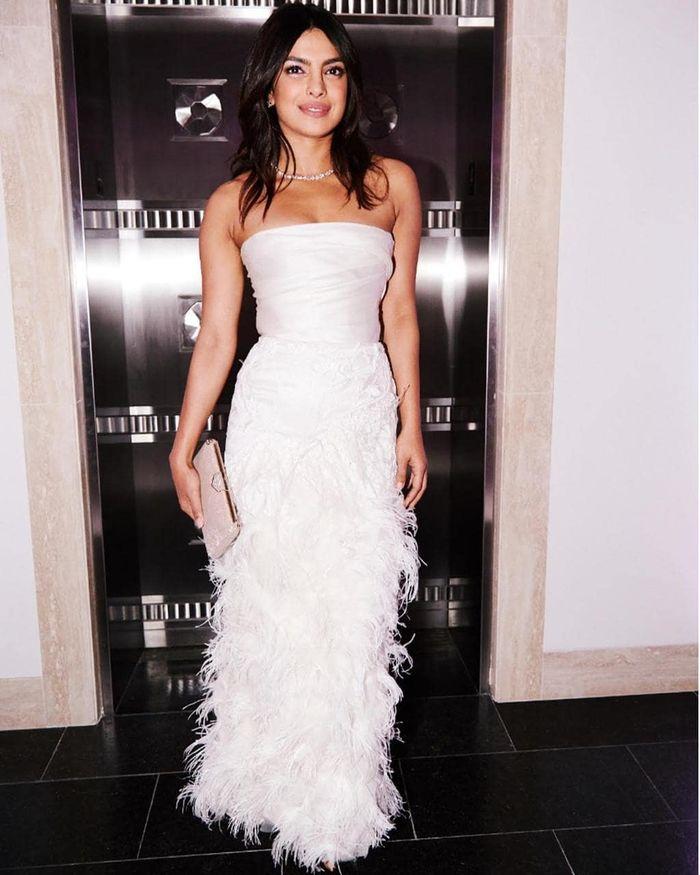 Priyanka Chopra tampil stunning dengan dress putih