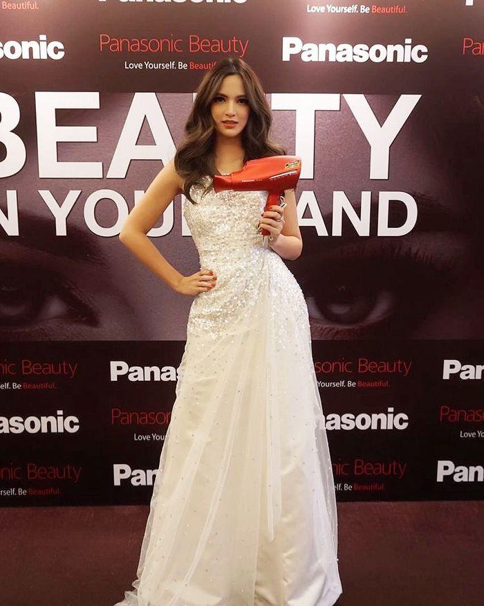 Nia Ramadhani tampil stunning dengan gaun putih saat di red carpet