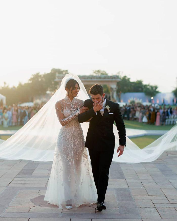 Priyanka Chopra kenakan gaun pengantin dengan veil sepanjang 23 meter