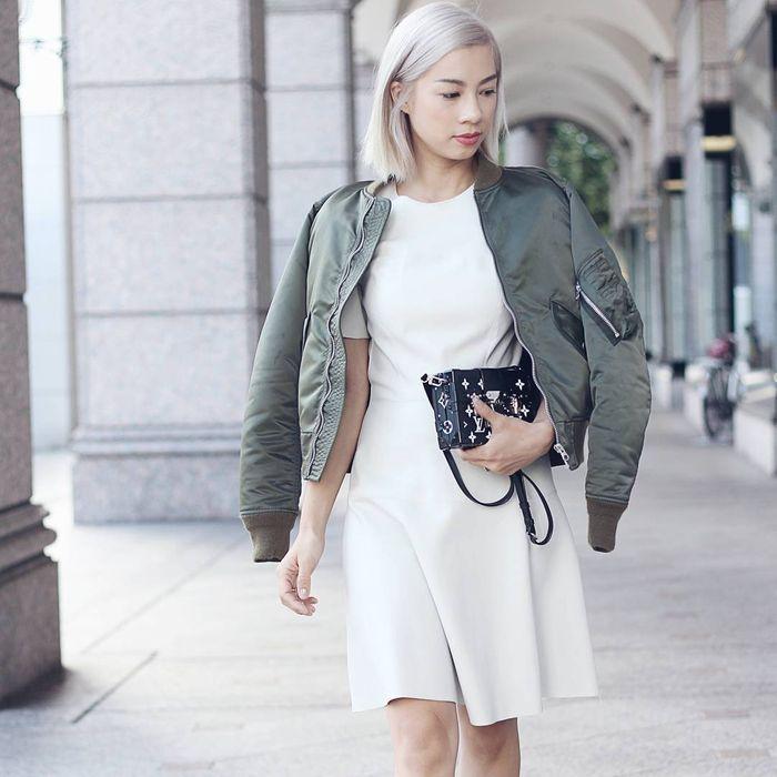 Jennifer Bachdim tampil makin stylish dengan jaket bomber