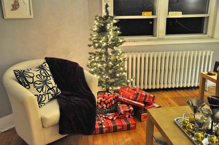 Ilustrasi rumah dengan dekorasi pohon natal