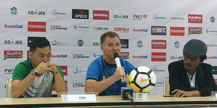Pemain dan pelatih PSMS Medan, Shohei Matsunaga serta Peter Butler memberikan keterangan pers seusai