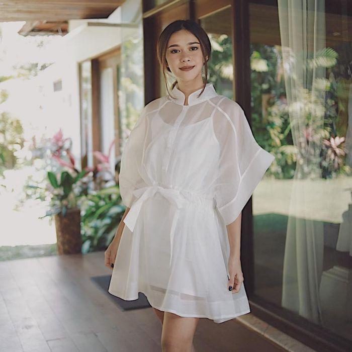 Gaya feminin simpel Nana Mirdad saat kenakan dress transparan