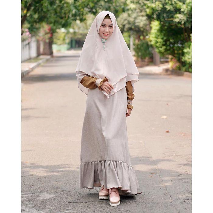 Anisa Rahma tampil dengan gaya fashion hijab syar'i menggunakan gamis berwarna krem