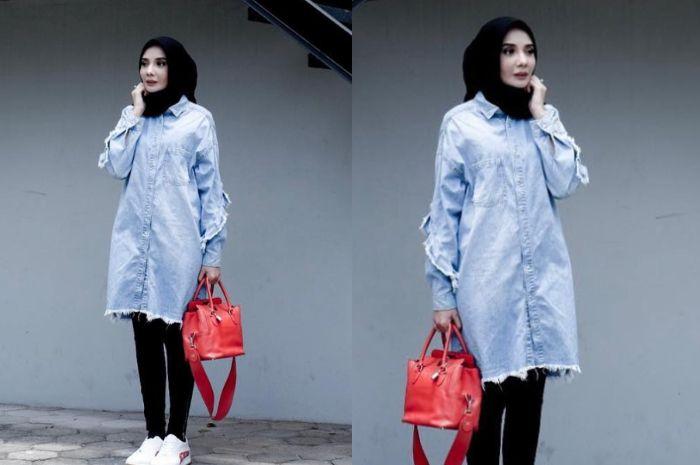 Zaskia Sungkar terliha stylish bergaya kasual dnegan paduan denim tunik model fringe yang kekinian