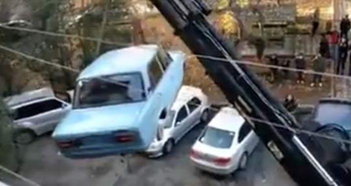 Mobil ini ketika diangkut dengan derek