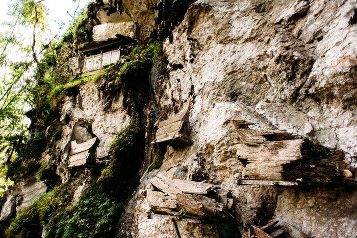 Peti kayu yang menggantung di tebing bukit.
