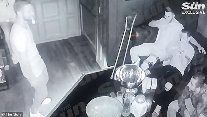 Rekaman CCTV ketika pemain Arsenal sedang menghirup Dinitrogen Oksida.