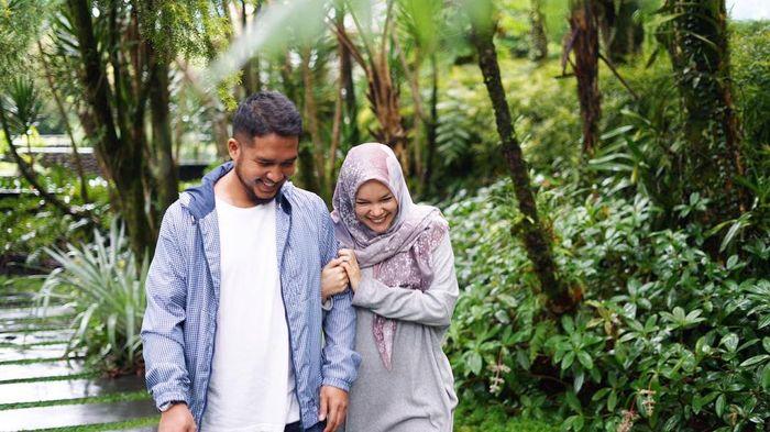 Dewi Sandra dan suami