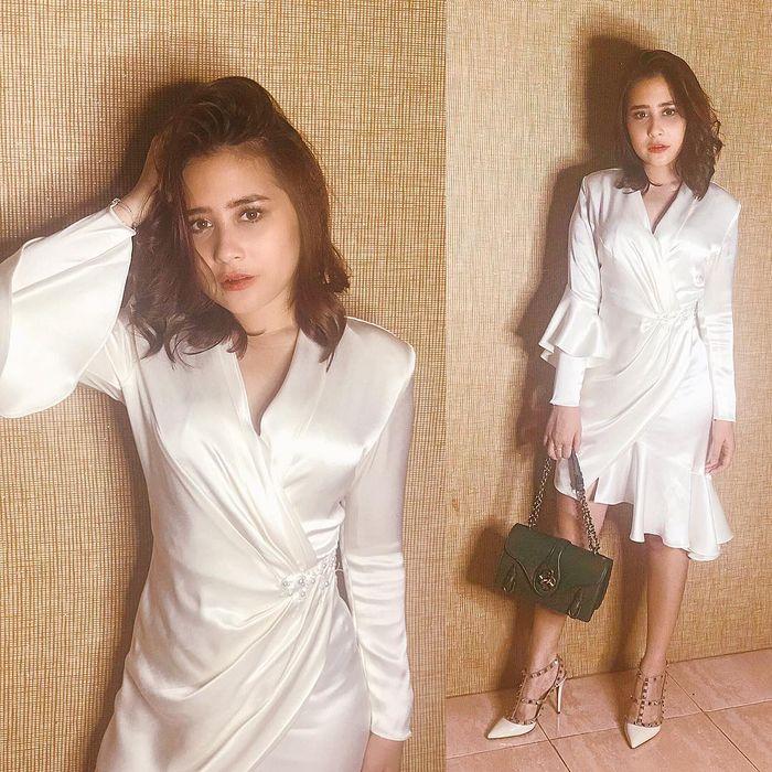 Inspirasi Dress Kondangan Untuk Tubuh Mungil Ala Prilly Latuconsina - Dress Putih